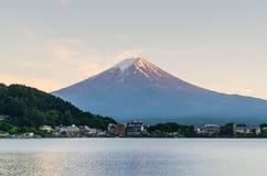 Wspina się Fuji i zmierzchu niebo przy kawaguchiko jeziorem Japan zdjęcia stock