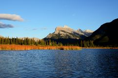 Wspina się Rundle i Vermilion jeziora w jesieni, Kanadyjskie Skaliste góry, Kanada Zdjęcia Stock