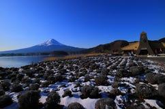 Wspina się Fuji zima i niebieskie niebo od Jeziornego Kawaguchi Japonia Obrazy Stock