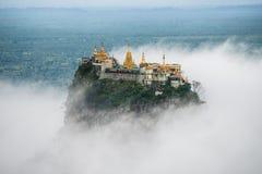 Wspina się Pop z mgłą stary wulkan w Myanmar Obrazy Royalty Free