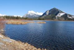 Wspina się Rundle w Skalistych górach od Vermilion jezior Fotografia Royalty Free