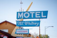 Wspina si? Whitney motel w historycznej wiosce Samotna sosna MARZEC 29, 2019 - SAMOTNY SOSNOWY CA, usa - zdjęcia royalty free