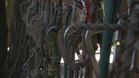 Wspinaczkowy carabiner i wspinaczkowe arkany dla extrem sporta w przygoda parku zdjęcie wideo