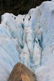 wspinaczkowy crevasse lodowa turysta Zdjęcia Royalty Free