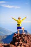 Wspinaczkowy sukces, kobieta przecinającego kraju biegacz Obrazy Royalty Free