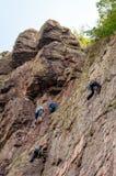 wspinaczkowych kępek rockowe arkany dwa Grupa młodzi rockowi arywiści wspina się pionowo granit skałę sport ekstremalny Trenować  Obrazy Royalty Free