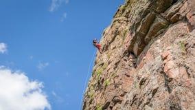 wspinaczkowych kępek rockowe arkany dwa Młody arywista wspina się pionowo granit skałę sport ekstremalny Zdjęcie Royalty Free