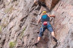 wspinaczkowych kępek rockowe arkany dwa Młody arywista wspina się pionowo granit skałę sport ekstremalny Fotografia Stock