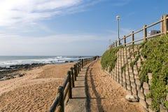 Wspornikowa ściana i Drewniana bariera na Pustej plaży Obrazy Stock
