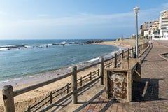Wspornikowa ściana i Drewniana bariera na Pustej plaży Fotografia Stock