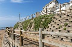 Wspornikowa ściana i Drewniana bariera na Pustej plaży Zdjęcie Royalty Free
