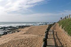 Wspornikowa ściana i Drewniana bariera na Pustej plaży Obraz Stock