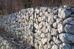 Wspornikowa kamienna ściana obok drogi Zdjęcia Royalty Free