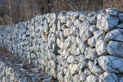 Wspornikowa kamienna ściana obok drogi Fotografia Royalty Free