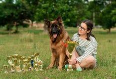 Wstawia się Niemieckiej bacy na trawie z złotymi medalami Fotografia Stock
