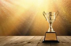 wstawia się złotego trofeum na drewno stole z kopią astronautyczną i złotem Tw Obraz Stock