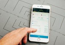 Wstern在iPhone 7的联合货币调动app加上应用 免版税库存图片