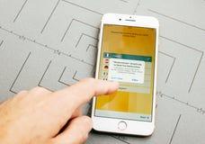 Wstern zrzeszeniowy przelew pieniędzy app na iPhone 7 Plus zastosowanie Zdjęcie Stock
