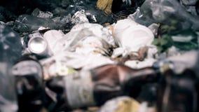 Wstrętna śmieciarska zanieczyszczanie ziemia i lasy, naglący problem związany z ochroną środowiska zdjęcie royalty free