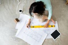 wszędzie pracy Ufna młoda piękna azjatykcia kobieta pracuje w Obraz Royalty Free