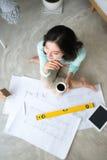 wszędzie pracy Ufna młoda piękna azjatykcia kobieta pracuje w Obrazy Royalty Free