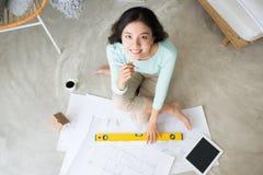 wszędzie pracy Ufna młoda piękna azjatykcia kobieta pracuje w Zdjęcia Stock