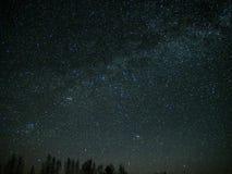 Wszechrzeczego i milky sposobu gwiazdy w nocnym niebie obraz royalty free