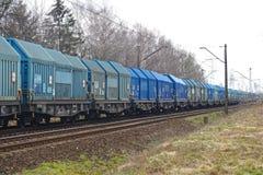 Wszystkie furgony w cieniach błękit zafrachtowania tęsk pociąg zdjęcia royalty free