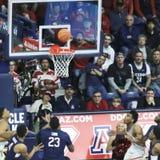 Wszystkie oczy na Arizona Chronią Allonzo odważniaka ` s piłkę Fotografia Stock