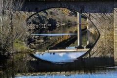 wszystkie oczy, Odbicia średniowieczny most na rzece fotografia royalty free
