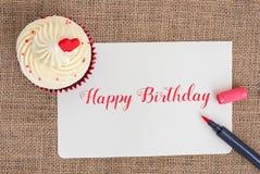 Wszystkiego najlepszego z okazji urodzin babeczka z czerwonym piórem Obrazy Stock