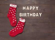 Wszystkiego Najlepszego Z Okazji Urodzin i skarpety jesteśmy na drewnianym tle Zdjęcia Royalty Free