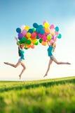 Wszystkiego najlepszego z okazji urodzin kobiety przeciw niebu z barwiącymi lotniczymi półdupkami zdjęcia stock