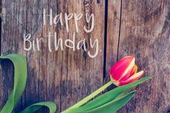 """Wszystkiego Najlepszego Z Okazji Urodzin: Przygotowania kolorowi tulipany na nieociosanym drewnianym stole, """"Happy urodziny zdjęcia stock"""