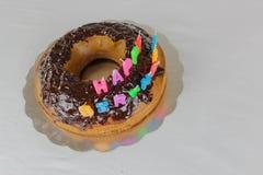 Wszystkiego najlepszego z okazji urodzin tort z czekolady pokrywy t?a koloru bia?ej b??kitnej czerwonej dekoracji karmowy wakacyj zdjęcie royalty free