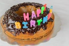Wszystkiego najlepszego z okazji urodzin tort z czekolady pokrywy t?a koloru bia?ej b??kitnej czerwonej dekoracji karmowy wakacyj zdjęcia royalty free