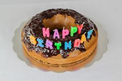 Wszystkiego najlepszego z okazji urodzin tort z czekolady pokrywy t?a koloru bia?ej b??kitnej czerwonej dekoracji karmowy wakacyj obrazy stock