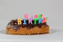 Wszystkiego najlepszego z okazji urodzin tort z czekolady pokrywy t?a koloru bia?ej b??kitnej czerwonej dekoracji karmowy wakacyj fotografia royalty free