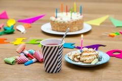Wszystkiego najlepszego z okazji urodzin wciąż życie z tortem i napojami dla chldren p Obrazy Royalty Free