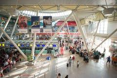 Wszystko Costa Smeralda lotnisko w Olbia z pasażerami Inside Fotografia Stock
