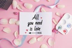 Wszystko ty potrzebujesz jest miłością na pastelowym tle Zdjęcia Royalty Free