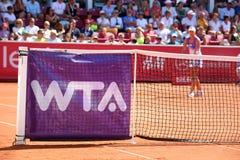 Wta-логотип на сети тенниса стоковые фото