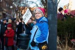 WTF ? Femme tenant la bannière au rassemblement Image libre de droits