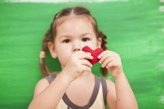 wth сердца зеленого цвета девушки предпосылки Стоковые Фото