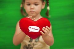wth сердца зеленого цвета девушки предпосылки Стоковое фото RF