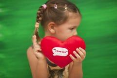 wth сердца зеленого цвета девушки предпосылки Стоковые Изображения RF