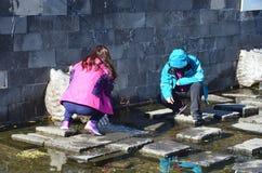 Wudalianchi, China, Oktober, 15, 2017 Leute, die Wasser von Mineral-Erlonguan-Frühling für die Behandlung der Vision in den FO sa Stockbild