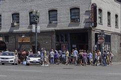 Wudu pączki w Portland, Oregon z długą linią klienci obraz royalty free