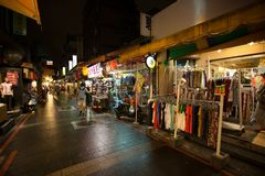 Wufenpu, Taiwan, è un mercato all'ingrosso di notte dell'indumento fotografia stock