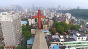 WUHAN, ΚΊΝΑ - 2 ΜΑΐΟΥ 2017: εναέρια άποψη κηφήνων των κτηρίων εκκλησιών γύρω στην ημέρα κέντρων της πόλης απόθεμα βίντεο
